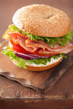 Bocadillo de jamón en el panecillo con la cebolla del tomate del queso cremoso Imagenes de archivo