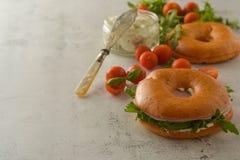 Bocadillo de jamón sano del pavo en un panecillo con verdes y el tomate Espacio de la copia del desayuno imagen de archivo libre de regalías