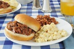 Bocadillo de la carne de vaca de la barbacoa en una mesa de picnic fotos de archivo