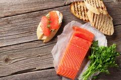 Bocadillo de la tostada con los salmones Foto de archivo libre de regalías