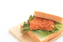 Bocadillo de pollo frito en el fondo blanco Foto de archivo libre de regalías