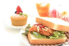 Bocadillo de pollo frito en el fondo blanco Imagen de archivo libre de regalías