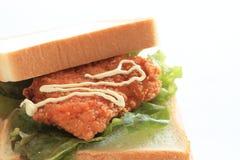 Bocadillo de pollo frito en el fondo blanco Fotografía de archivo libre de regalías