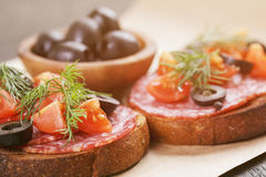 Bocadillo de Rye con el salami y los tomates en la madera Fotos de archivo libres de regalías