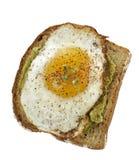 Bocadillo del aguacate con Fried Egg. Fotografía de archivo libre de regalías