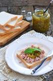 Bocadillo del atún con el condimento del dulce del pepino Fotos de archivo