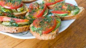 Bocadillo del desayuno con el tomate y el aguacate fotos de archivo libres de regalías