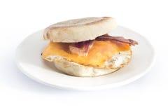 Bocadillo del desayuno del mollete inglés del queso del huevo del tocino Imagen de archivo