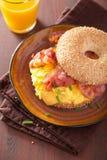 Bocadillo del desayuno en el panecillo con queso del tocino del huevo Imagen de archivo libre de regalías