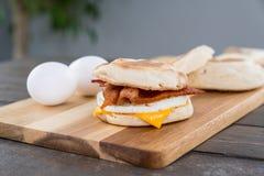 Bocadillo del desayuno del tocino, del huevo y del queso Fotos de archivo libres de regalías