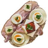 Bocadillo del =Gourmet con las lonjas Gammon Ham Cheese And Eggs Slices del tocino y el tomate aislado en el fondo blanco Fotos de archivo