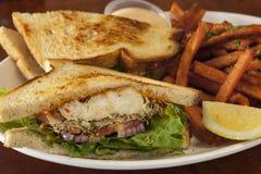 Bocadillo del halibut con las fritadas de la patata dulce Foto de archivo