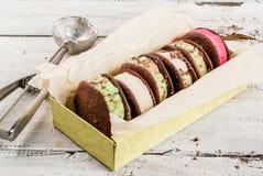 Bocadillo del helado con las galletas de la empanada del whoopie Fotos de archivo libres de regalías