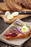 Bocadillo del pan de centeno con los arenques Fotos de archivo libres de regalías