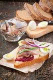 Bocadillo del pan de centeno con los arenques Imágenes de archivo libres de regalías