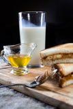 Bocadillo del plátano con mantequilla de cacahuete Foto de archivo libre de regalías
