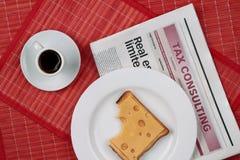 Bocadillo del queso y una taza de café sólo Foto de archivo