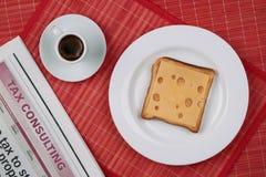 Bocadillo del queso y una taza de café sólo Imagen de archivo