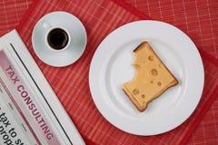 Bocadillo del queso y una taza de café sólo Fotografía de archivo