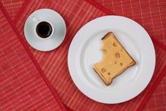 Bocadillo del queso y una taza de café sólo Imagenes de archivo