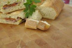 Bocadillo del rosbif en la tajadera de madera Foto de archivo