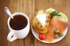 Bocadillo del té del desayuno con los salmones Fotos de archivo libres de regalías