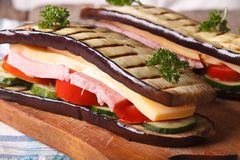 Bocadillo delicioso y sano de la berenjena con el jamón y el queso Imagen de archivo libre de regalías