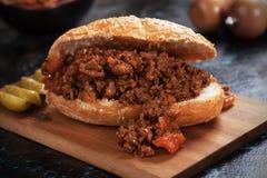 Bocadillo descuidado de la hamburguesa de la carne picada de los joes Imágenes de archivo libres de regalías