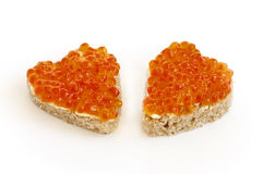 Bocadillo dos bajo la forma de corazón con blanco rojo del caviar Foto de archivo
