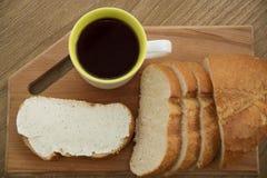 Bocadillo fresco con queso en un tablero de madera con el café para el desayuno Imagenes de archivo