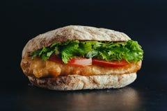 Bocadillo frito de los pescados con la lechuga, tomate con la salsa de tártaro comida de la calle de la receta del autor foto de archivo