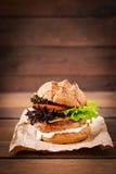 Bocadillo grande - hamburguesa con la hamburguesa jugosa del pavo Fotografía de archivo libre de regalías