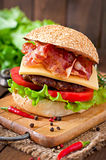 Bocadillo grande - hamburguesa de la hamburguesa con la carne de vaca, queso, tomate Imágenes de archivo libres de regalías