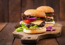 Bocadillo grande - hamburguesa de la hamburguesa con la carne de vaca, queso, tomate Foto de archivo
