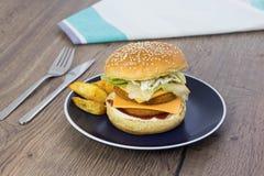 Bocadillo hecho en casa con la hamburguesa, el queso, la lechuga y el mayon del pollo fotografía de archivo libre de regalías