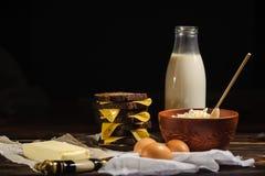 Bocadillo, leche, huevos y requesón rústico en un fondo de madera fotografía de archivo libre de regalías