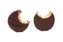Bocadillo mordido de la galleta con el chocolate. Imagen de archivo