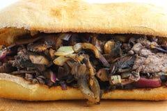 Bocadillo sabroso de la seta de la cebolla del filete de carne de vaca en un ciabatta Fotos de archivo