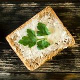 Bocadillo sabroso dietético hecho en casa con mantequilla y perejil para el bre imágenes de archivo libres de regalías