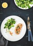 Bocadillo sano con los camarones y la ensalada verde Foto de archivo libre de regalías