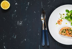 Bocadillo sano con los camarones y la ensalada verde Fondo del alimento Fotos de archivo libres de regalías