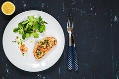 Bocadillo sano con los camarones y la ensalada verde Fondo del alimento Fotos de archivo