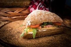 Bocadillo triangular con queso, el jam?n y el tomate imágenes de archivo libres de regalías
