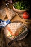 Bocadillo triangular con queso, el jam?n y el tomate fotografía de archivo libre de regalías