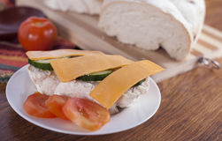 Bocadillo vegetariano abierto sano con queso imagenes de archivo