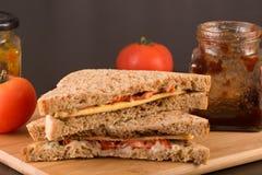 Bocadillo vegetariano del queso, del tomate y de la salmuera en el pan marrón SE Fotografía de archivo