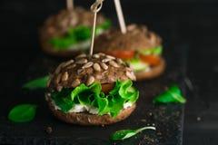 Bocadillo verde con la ensalada, los tomates, los pepinos y el queso cremoso imagen de archivo