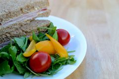 Bocadillo y ensalada de jamón del pan de Brown Fotografía de archivo libre de regalías