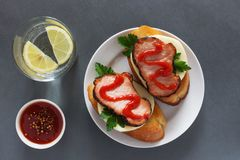 Bocadillos abiertos con el jamón y la salsa de tomate Fotografía de archivo