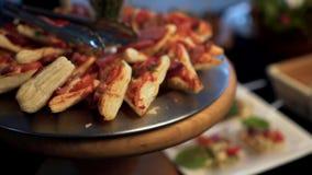 Bocadillos calientes con la salchicha y el queso metrajes